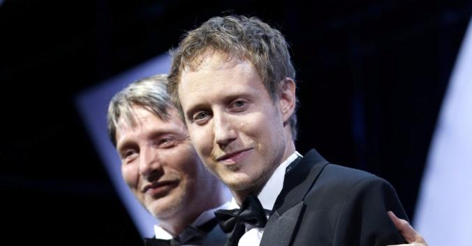 24mai2015---o-cineasta-hungaro-laszlo-nemes-recebe-o-grand-prix-das-maos-do-ator-mads-mikkelsen-pelo-filme-saul-fia-no-festival-de-cannes-2015-1432495936784_956x500